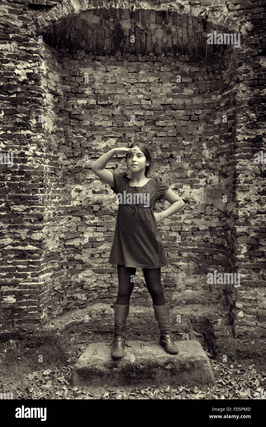 Teenager-Mädchen als eine Dame aus den letzten Stand vor den Ruin ihrer Burg Stockbild