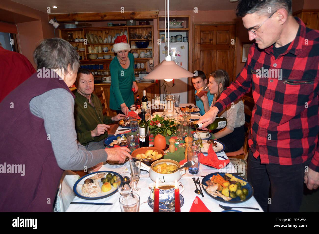 traditionelles weihnachtsessen f r die familie drei generationen zusammen essen t rkei und. Black Bedroom Furniture Sets. Home Design Ideas