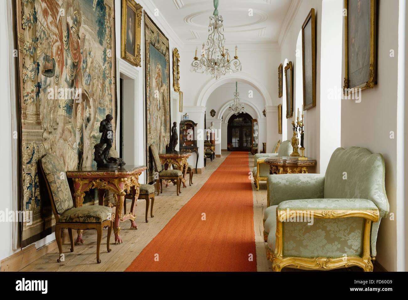 wandteppich wandbeh nge mit antiken m beln und roten. Black Bedroom Furniture Sets. Home Design Ideas