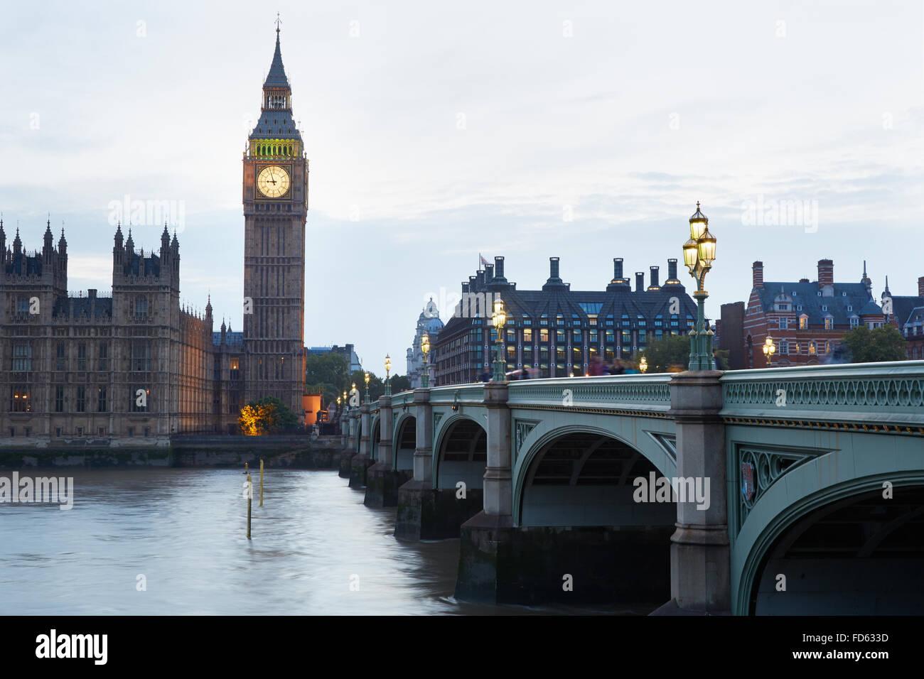 Big Ben und die Houses of Parliament in der Dämmerung in London, natürliches Licht und Farben Stockbild