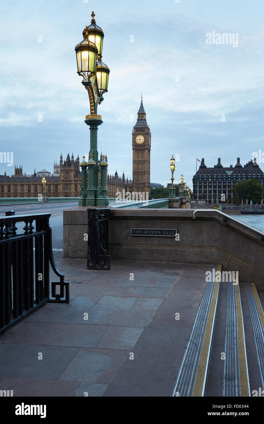 Big Ben und Brücke, niemand am frühen Morgen in London, natürliche Farben und Lichter Stockbild