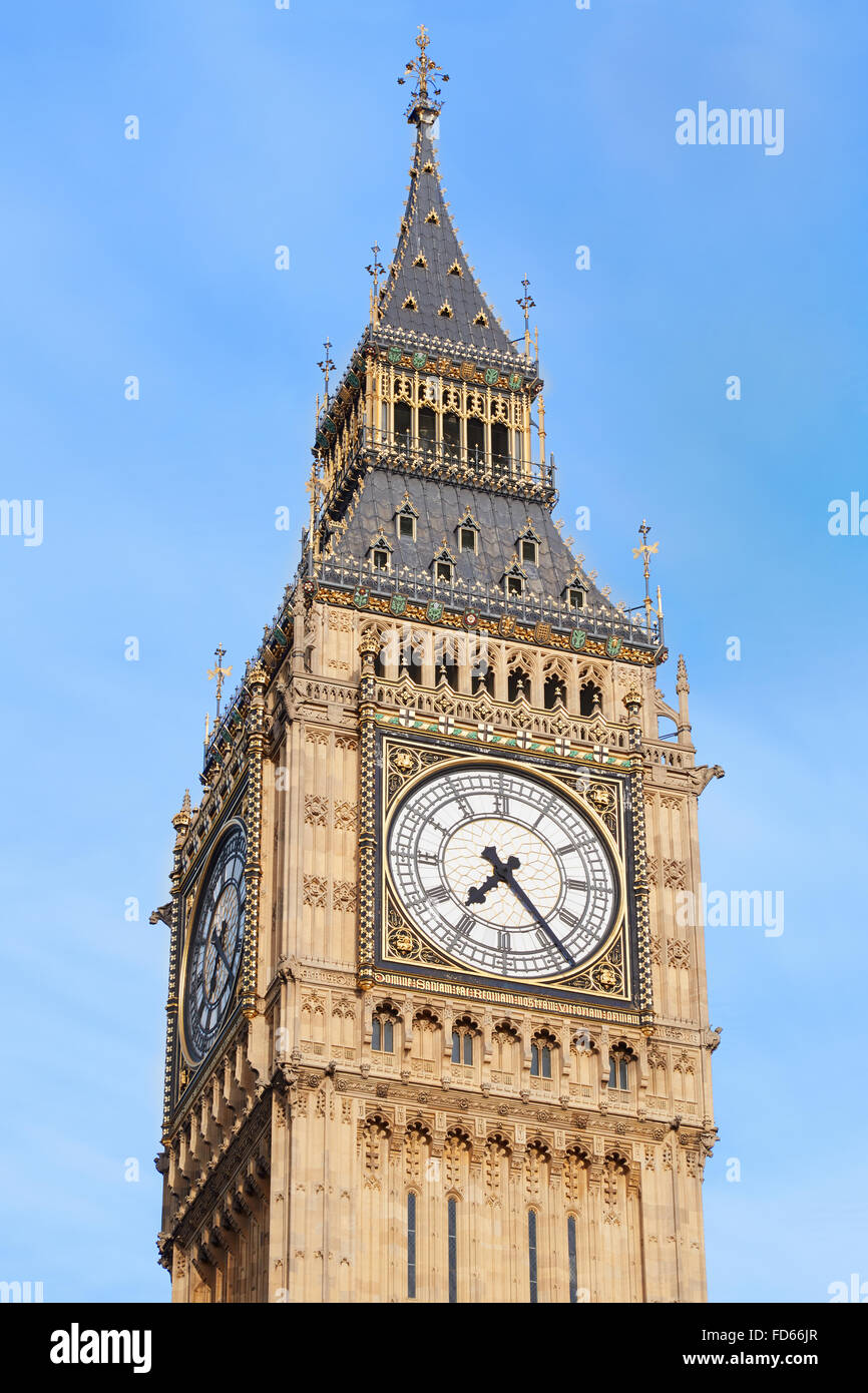 Big Ben in London, blauer Himmel hautnah Stockbild