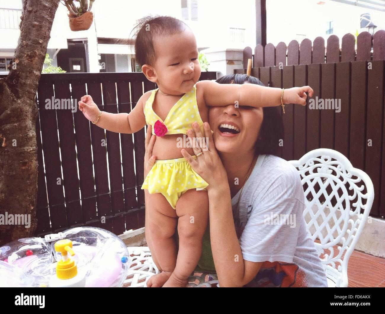 Mutter mit ihrem Baby spielen Stockbild