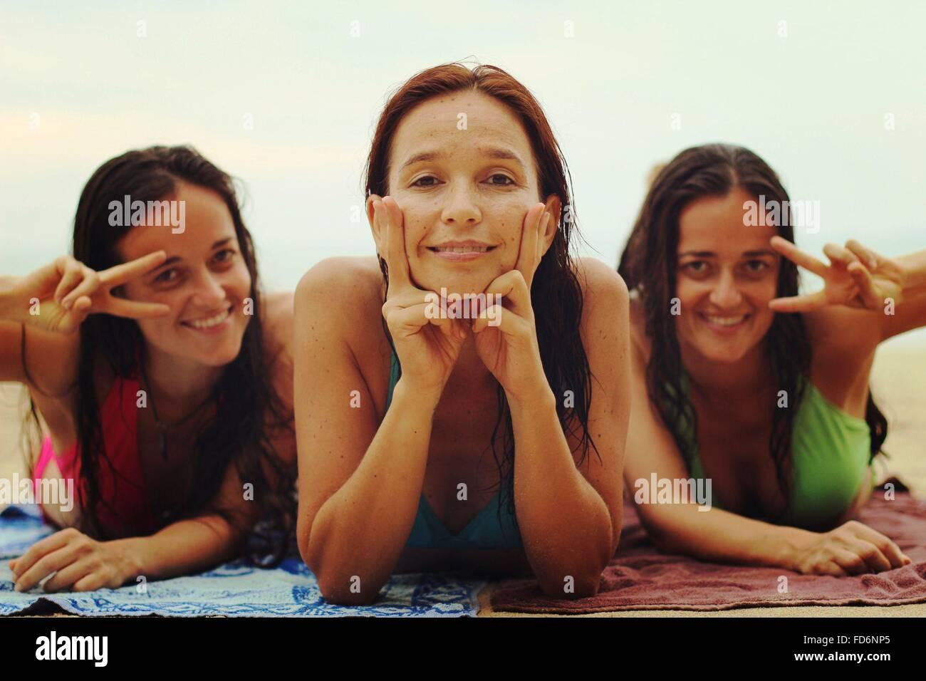 Porträt der Happy Friends, Peace-Zeichen auf Strand Stockbild