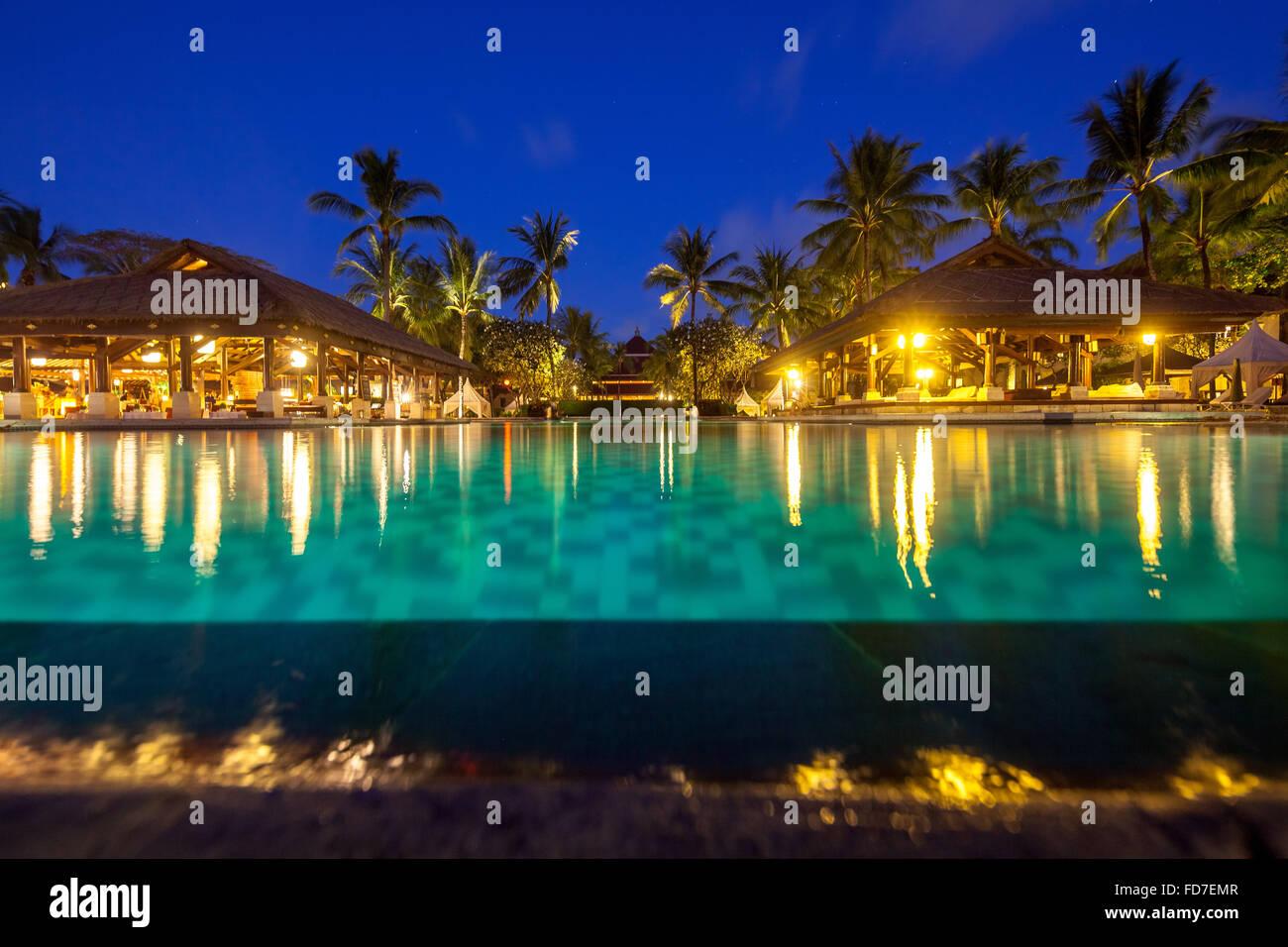 Hotelanlage mit Pool in der Nacht, eine Poolbar, InterContinental Bali Resort, Panorama, blaue Stunde, türkisfarbenes Stockbild