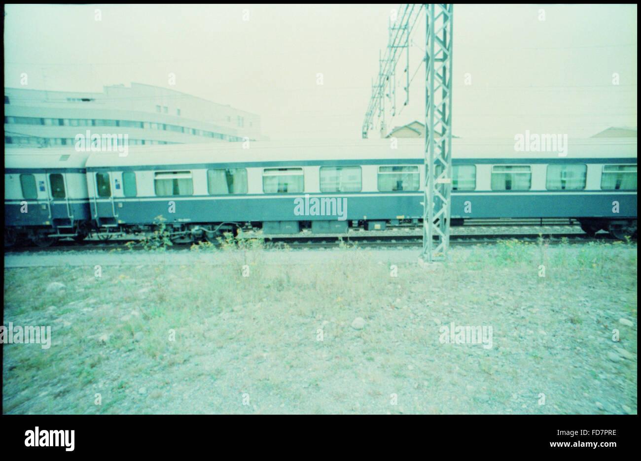 Zug gegen klaren Himmel Stockbild