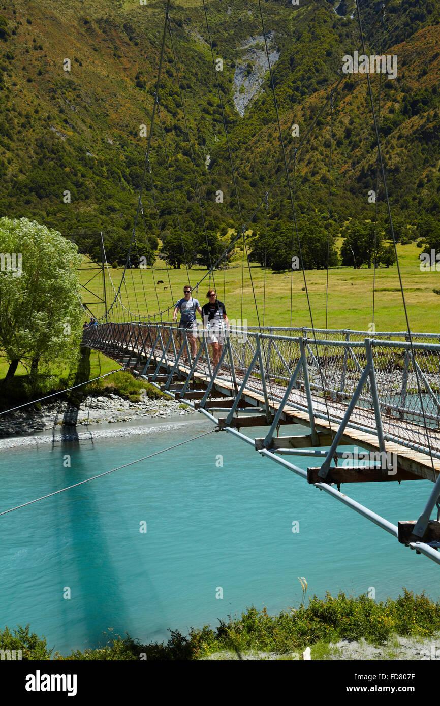 Menschen auf der Hängebrücke über Matukituki River West Branch, Matukituki Valley, in der Nähe Stockbild