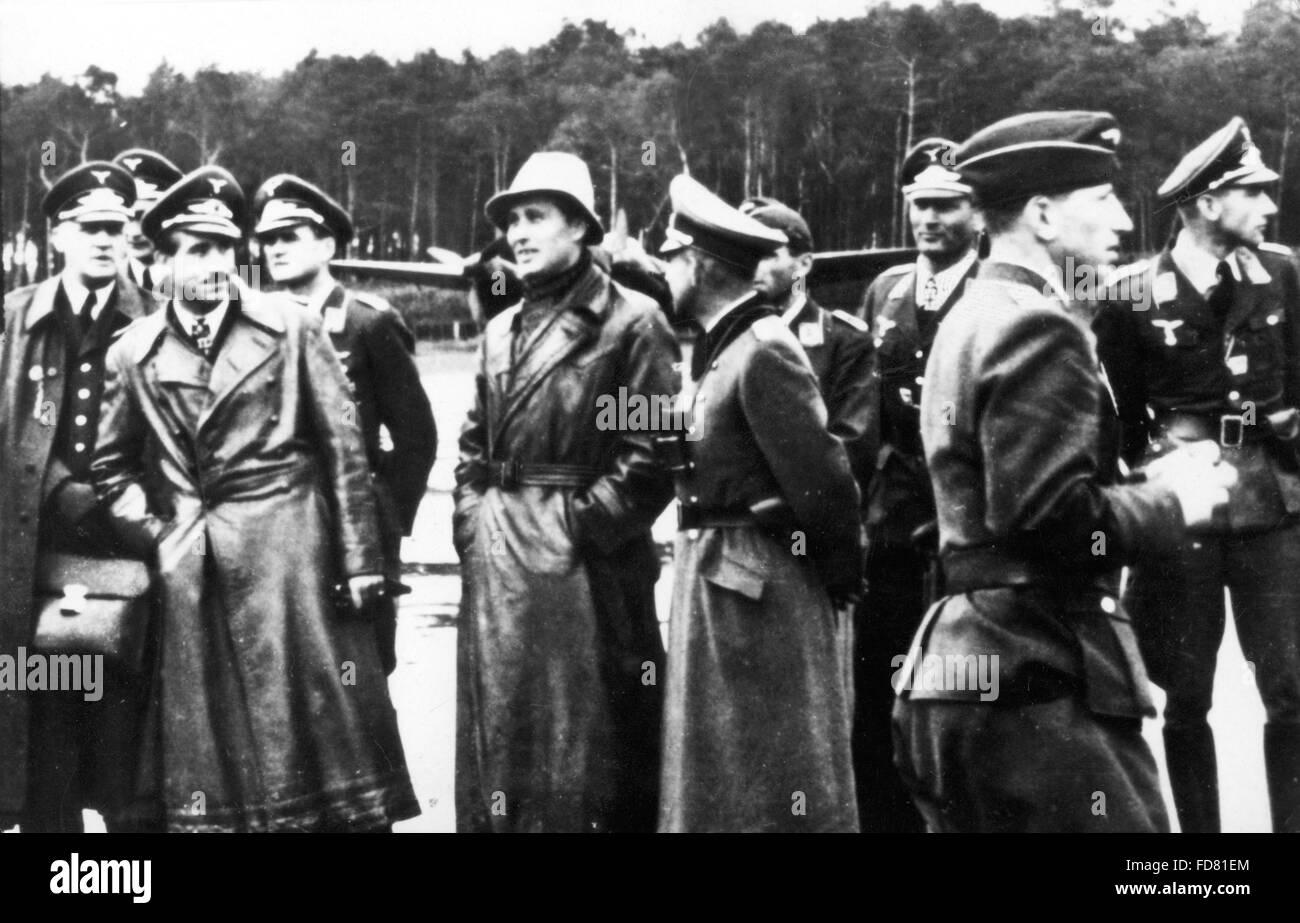 Adolf Galland mit Wernher von Braun in Peenemünde Stockfoto