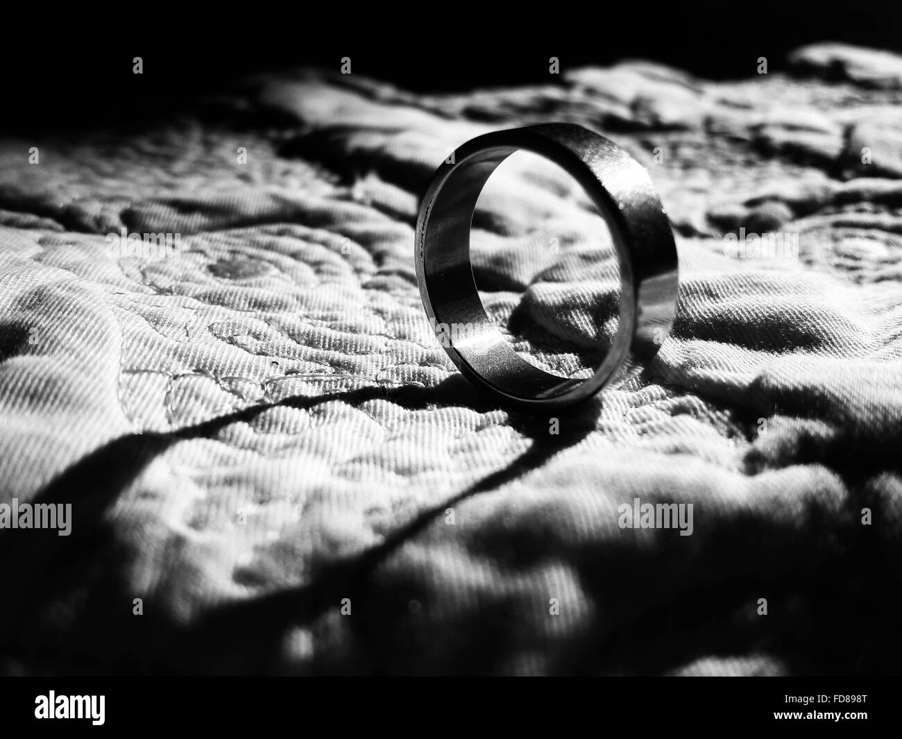 Nahaufnahme des Rings auf Bett Stockbild