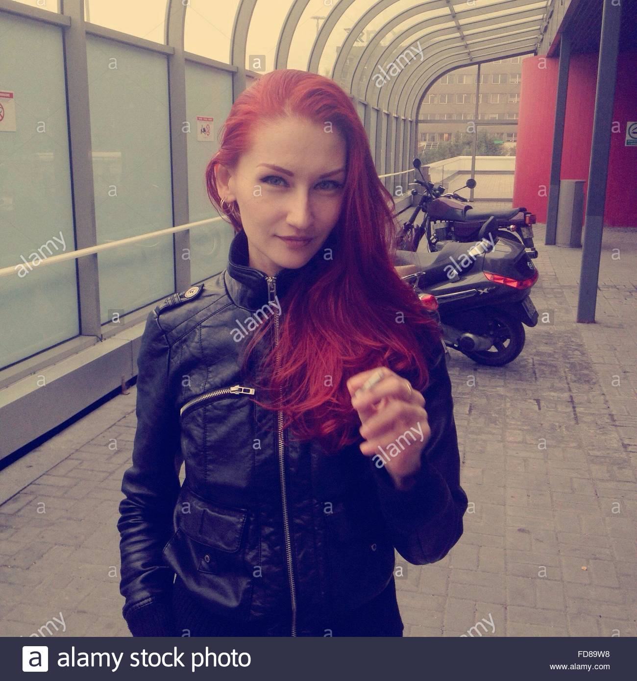Junge Frau Rauchen Zigarette Stockbild