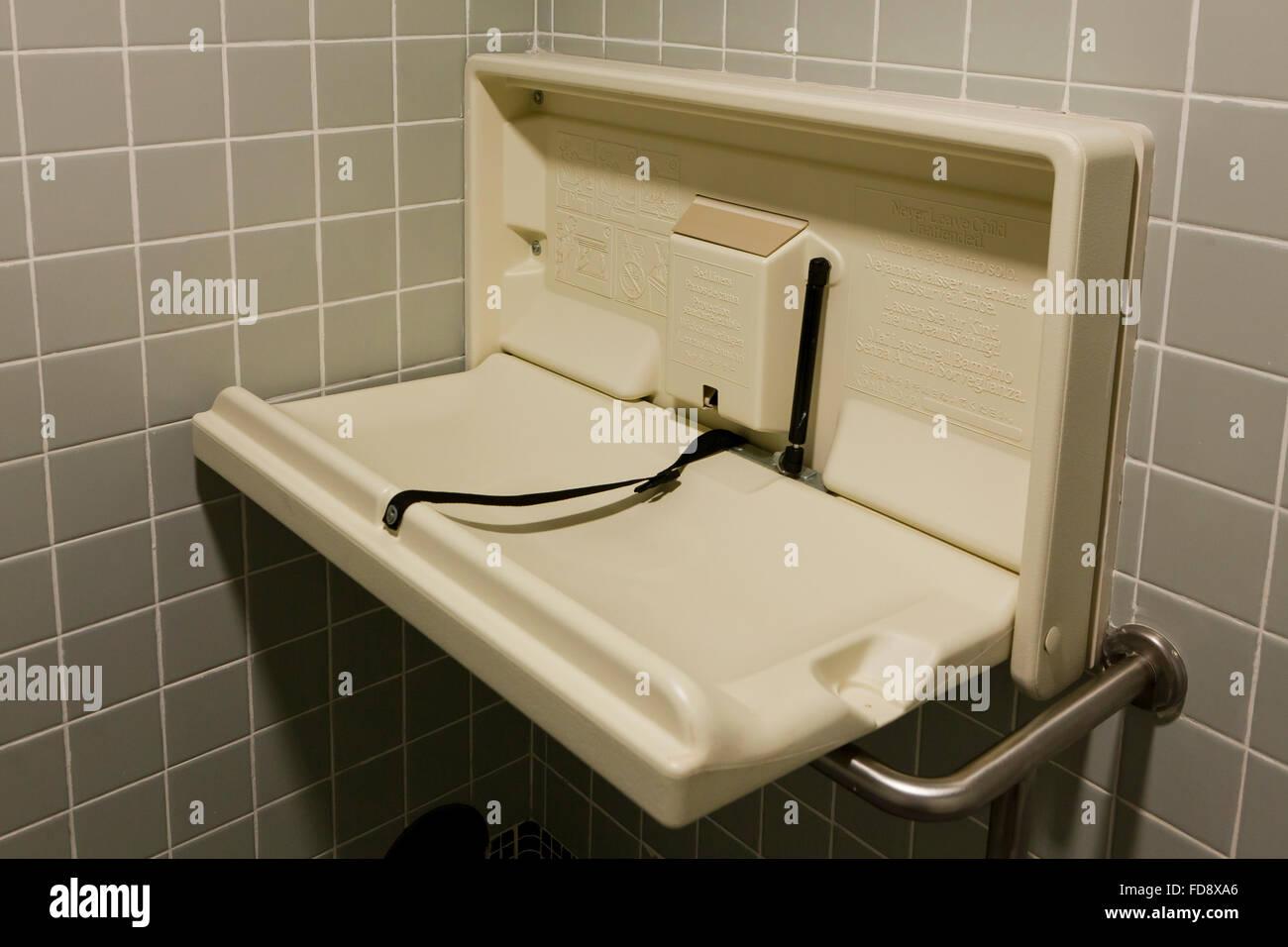 Klappbarer Wickeltisch in öffentlichen Toiletten - USA Stockbild