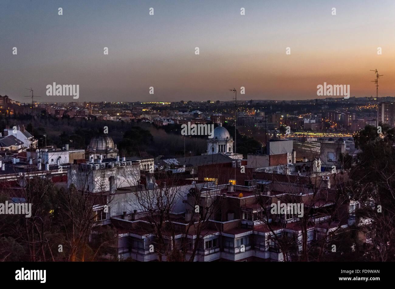 Einen orangefarbenen Himmel am Abend der Stadt Madrid, Spanien Stockbild
