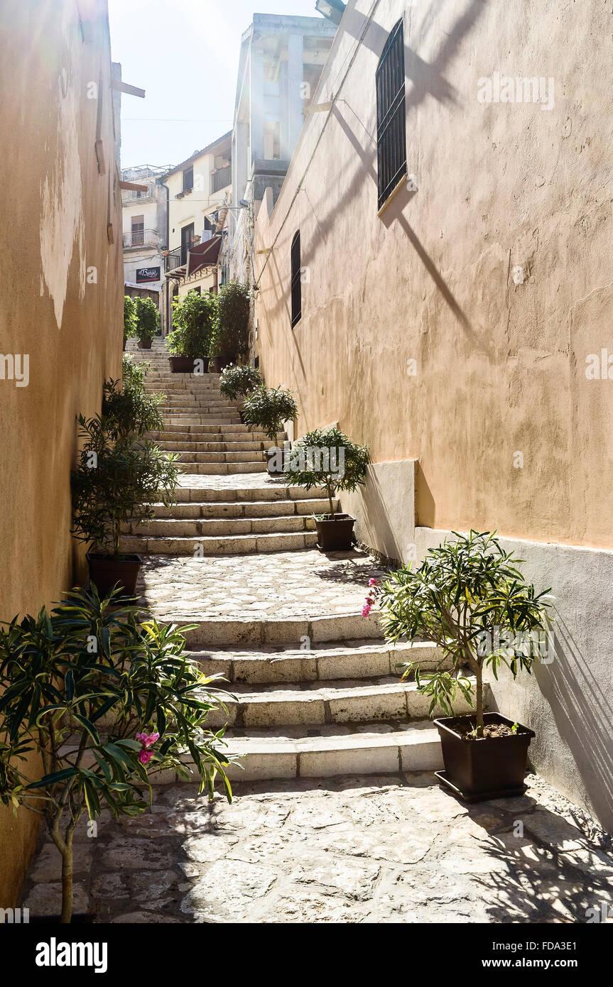 Steinstufen und bemalte Fassade in Balestrate Comune in der Provinz Palermo in der italienischen Region Sizilien Stockbild