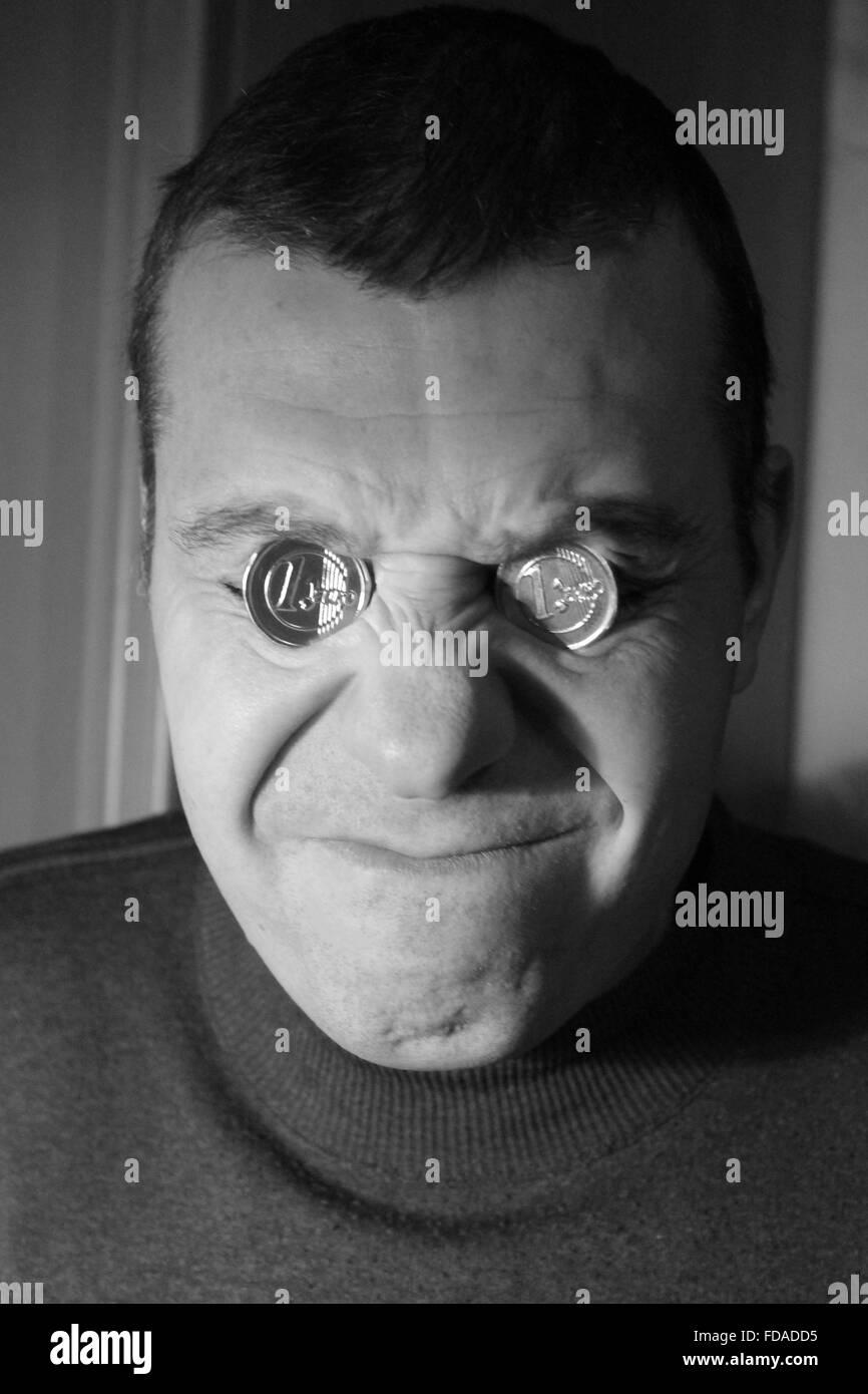 Junger Mann Mit Zwei Glanz Münzen Auf Steckdosen Augen Mit Grimasse