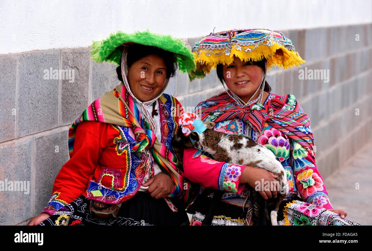 Zwei peruanische Frauen in traditioneller Tracht, Cusco, Peru Stockbild