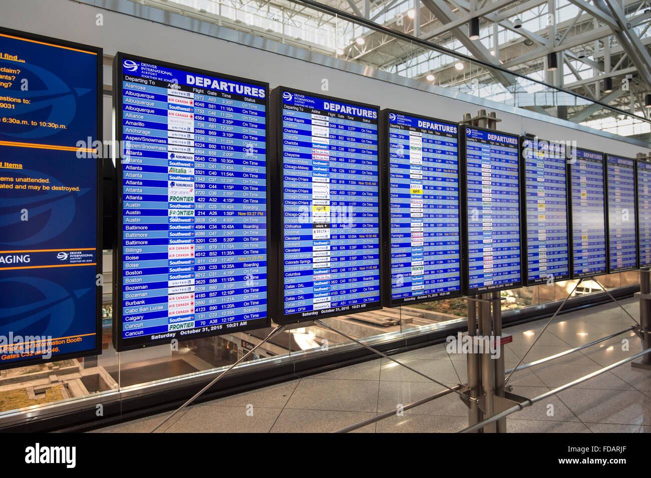 Flughafen Ankünfte & Anzeigentafel Stockbild