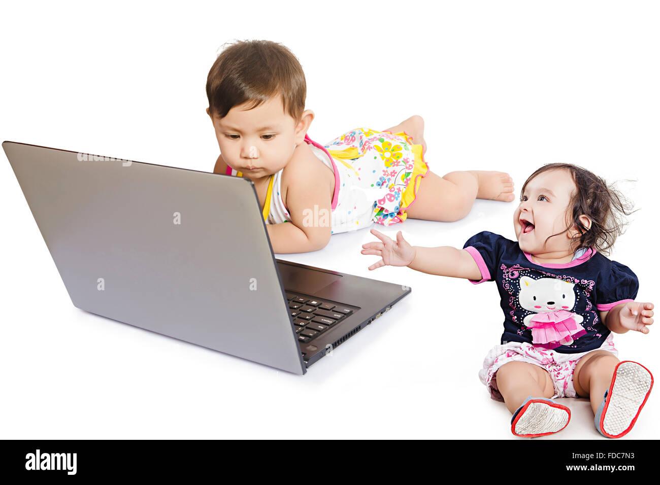 2 Personen Kinder Babys Freunde Mädchen nur Laptop Bildung Stockfoto