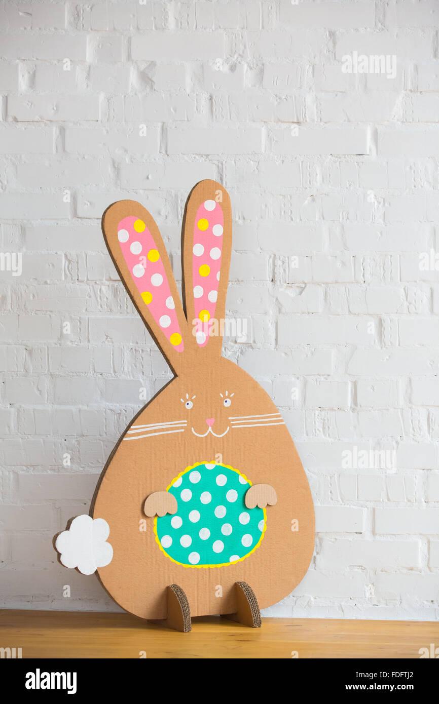 Dekoration für Ostern. Kaninchen aus Pappe Stockbild
