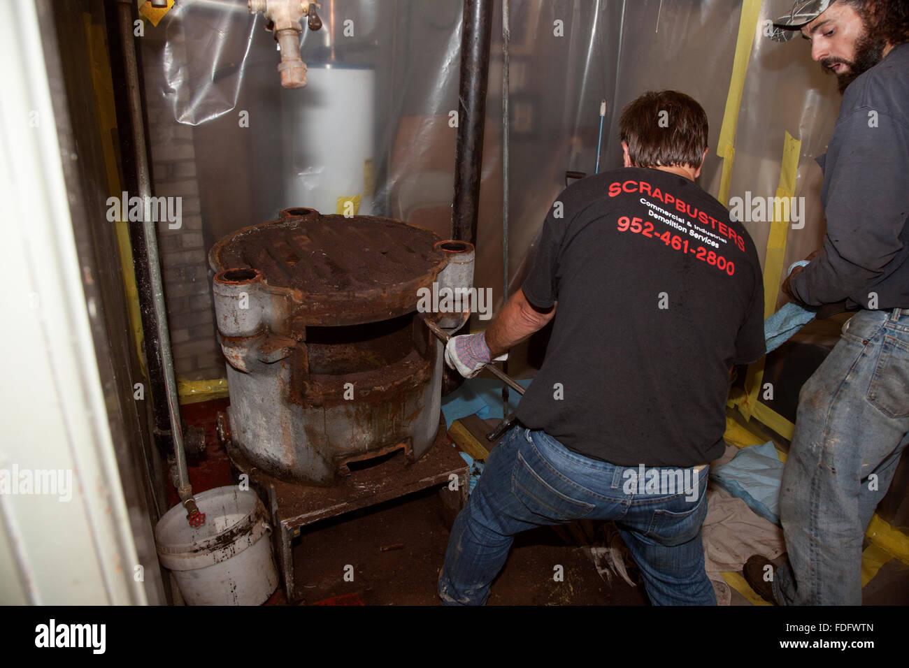 Demontage der alten Schwerkraft Warmwasser Gas-Ofen für den ...