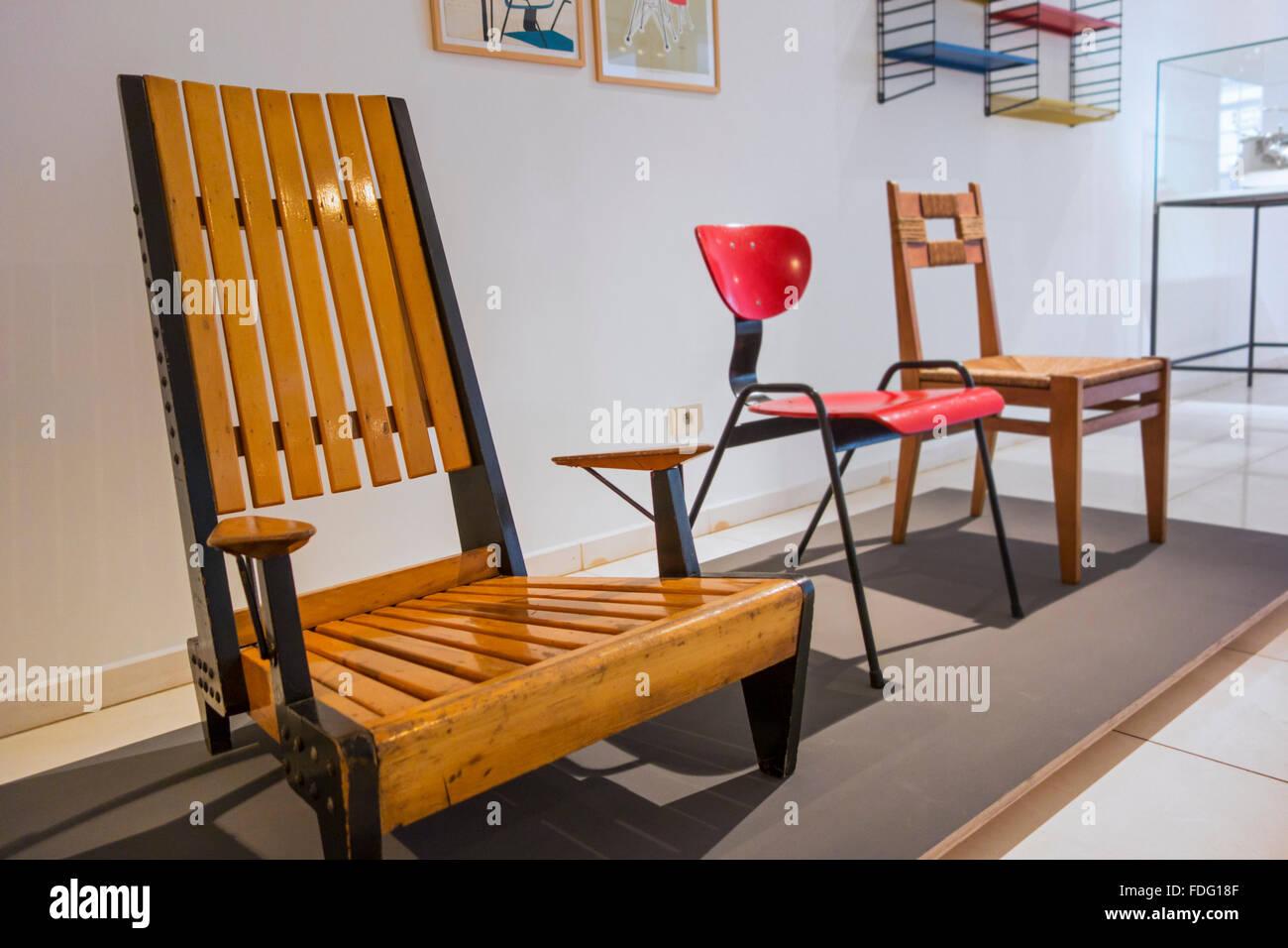 Zeitgenössische hölzerne Stühle und Möbel von den fünfziger Jahren in das Design Museum Stockbild