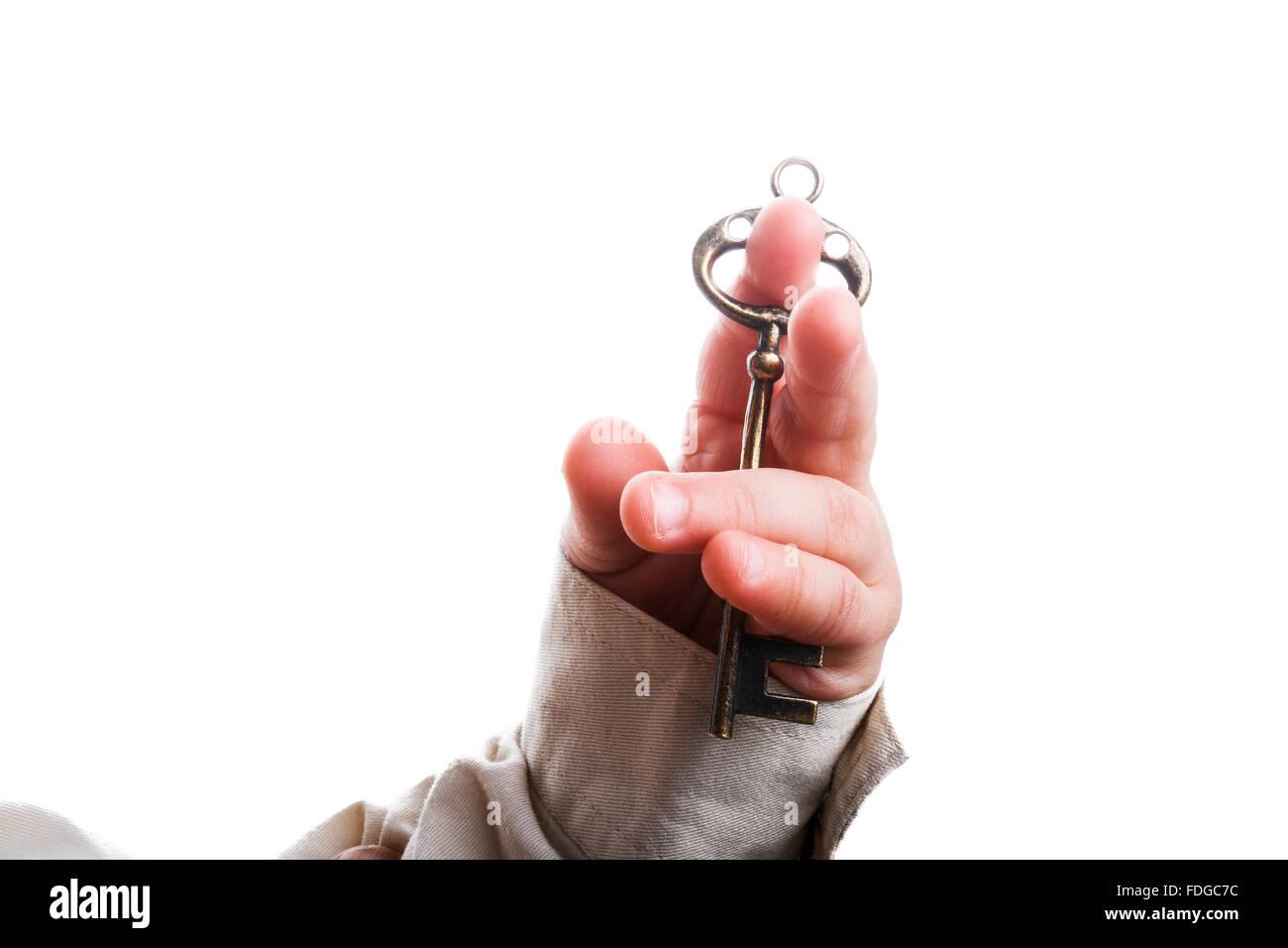 Baby Hand hält eine Retro Stil Metallschlüssel auf weißem Hintergrund Stockbild