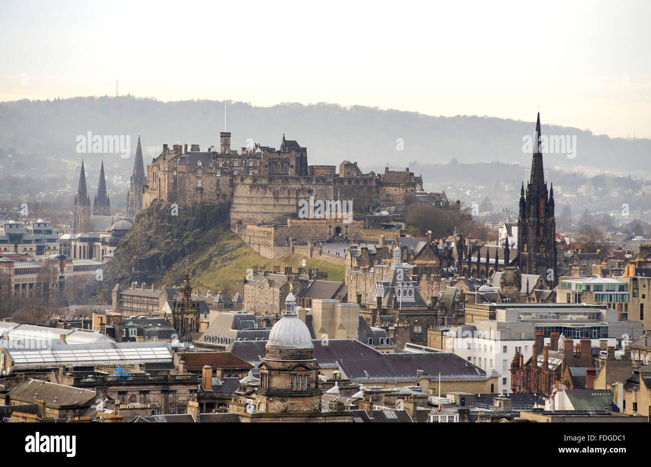 12.07.15.  Edinburgh Castle, und alte Stadt von Salisbury Crags, Edinburgh, Schottland GB betrachtet, Stockbild