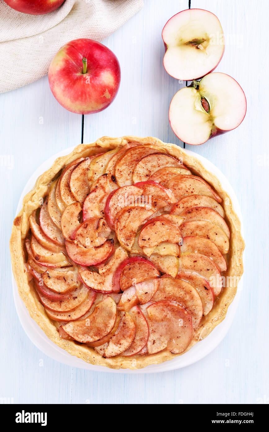 Apfelkuchen auf Holztisch, Ansicht von oben Stockbild