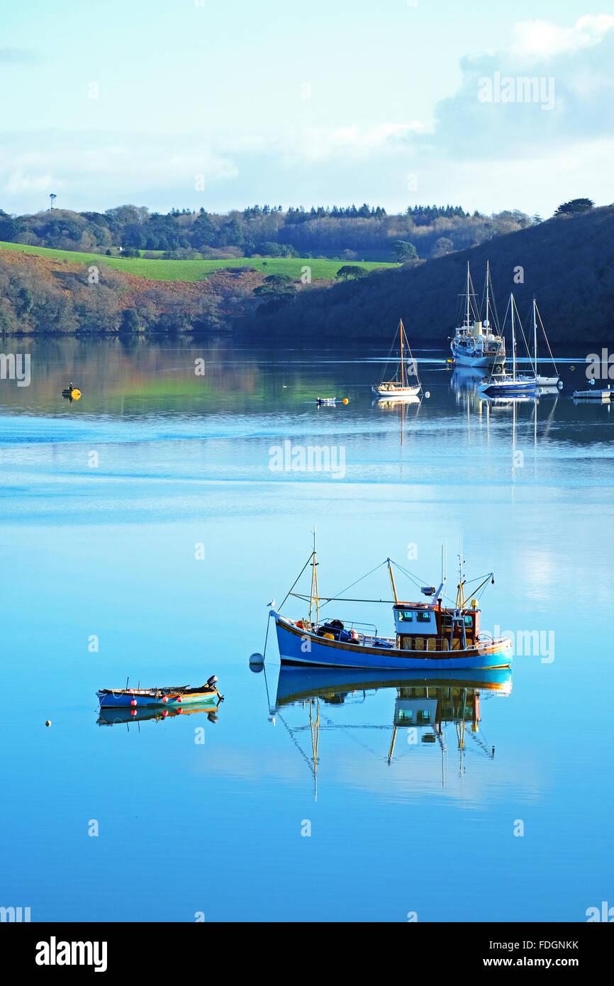 Auster Angelboote/Fischerboote vertäut am Fluss Fal in der Nähe von Truro in Cornwall, England, UK Stockbild