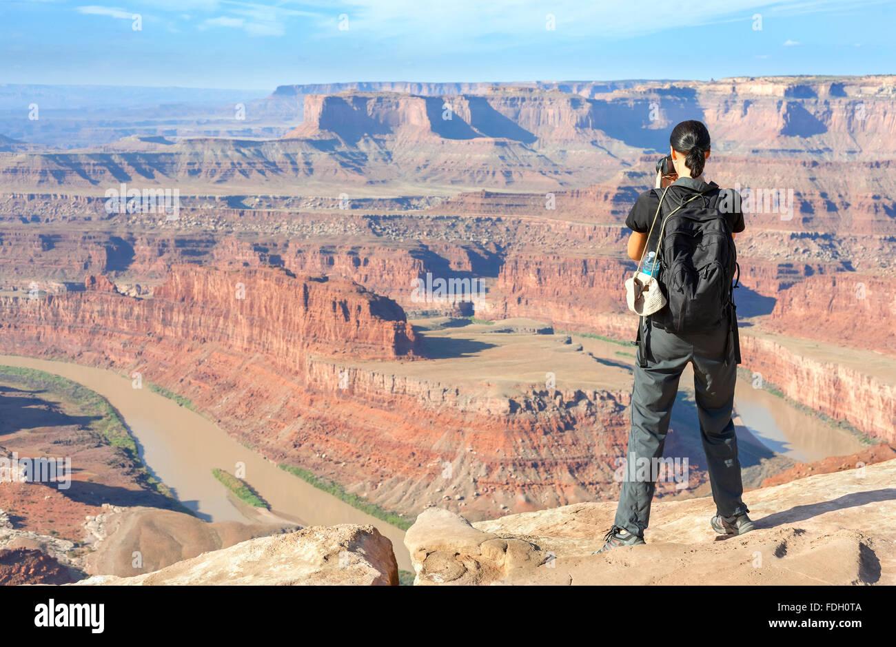 Weibliche Touristen fotografieren einer Canyon-Landschaft, USA. Stockbild