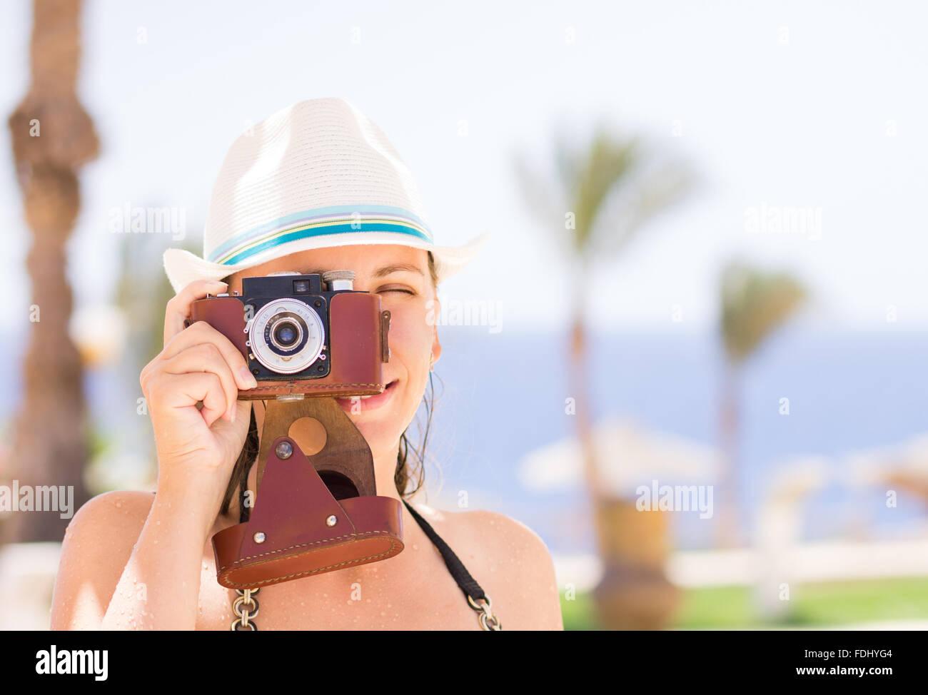 Junges Mädchen fotografieren mit alten Film-Kamera in den Sommerferien. Reisen Tourismus Hintergrund Stockbild