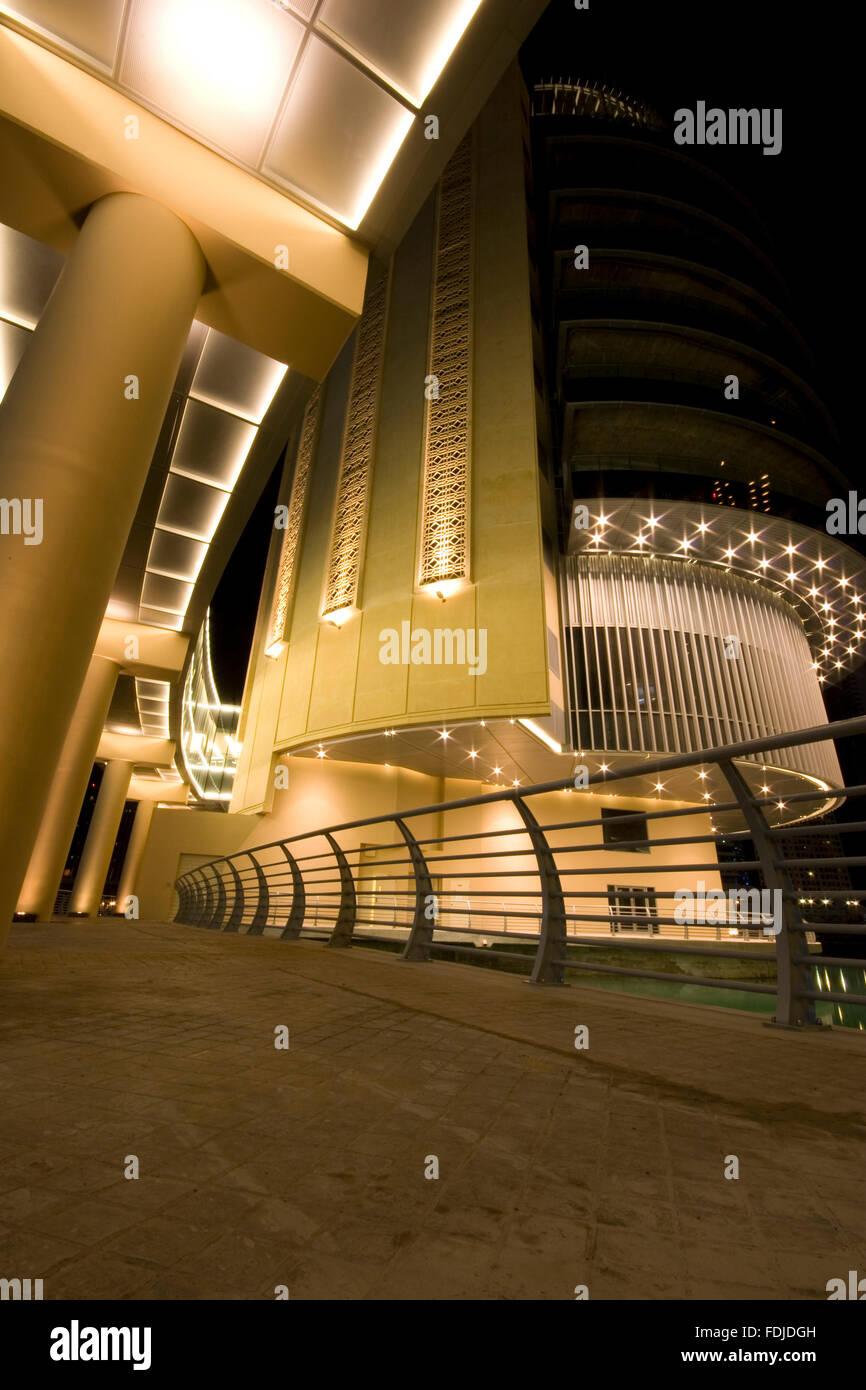 Dubai-Architektur auf die Marina, starke moderne Gebäude, Langzeitbelichtung bei Nacht. Stockbild
