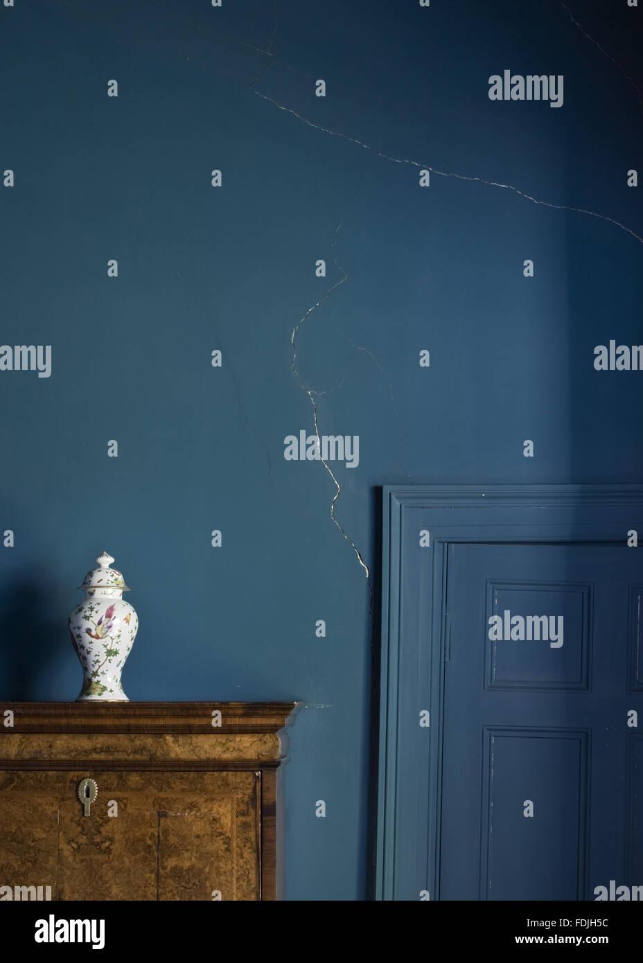 Blick auf das Blau lackierte Tür und Wand im Rom Schlafzimmer zeigt ...