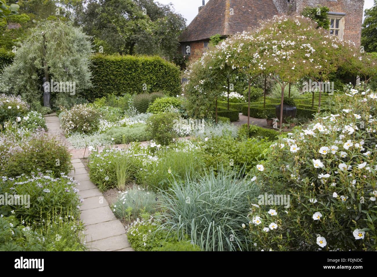 Weißer Garten der weiße garten im juni auf sissinghurst castle garden in der nähe