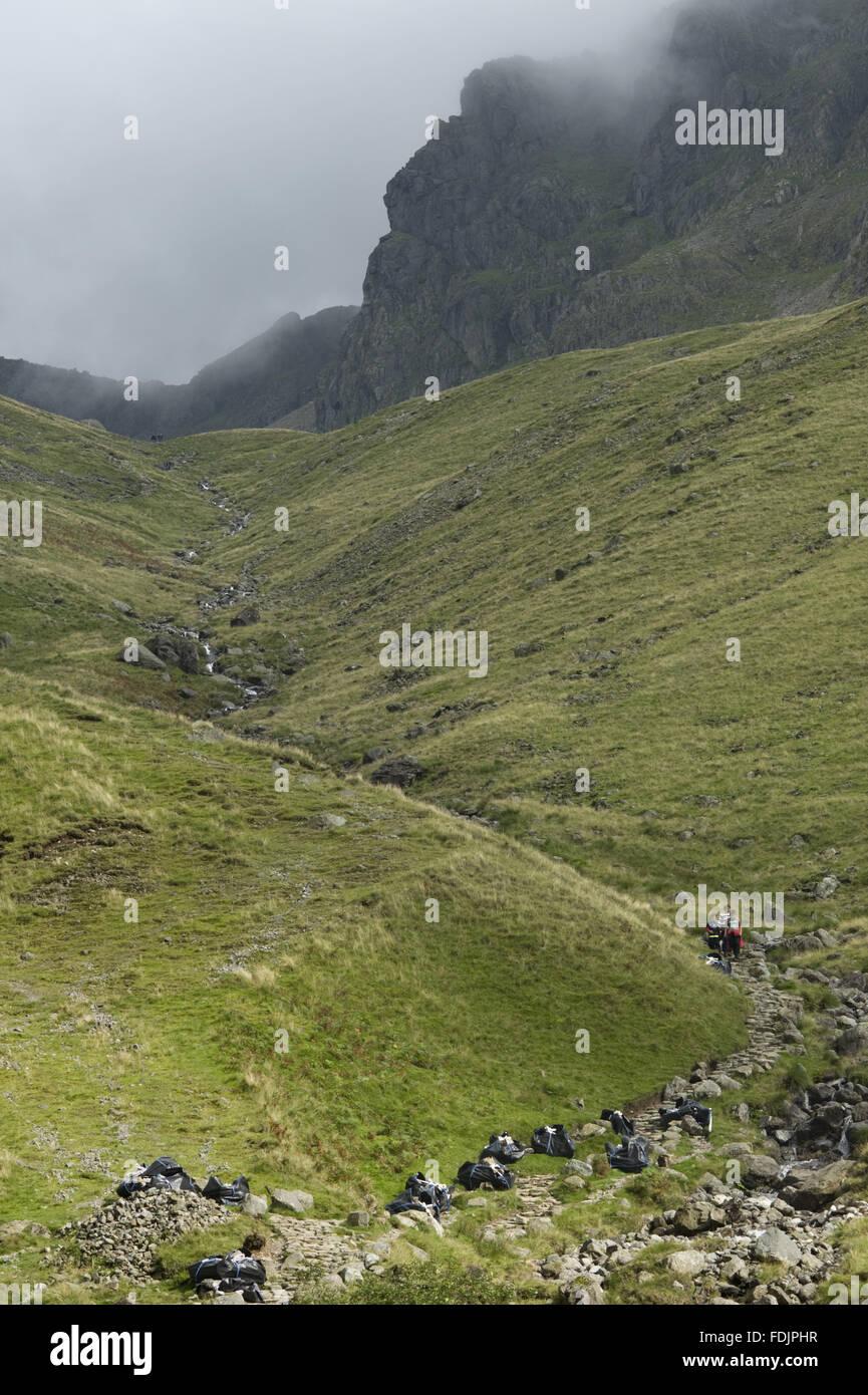 Eine totale von Taschen aus Stein verwendet für die Pfad-Wiederherstellung auf Scafell, der höchste Gipfel Stockbild