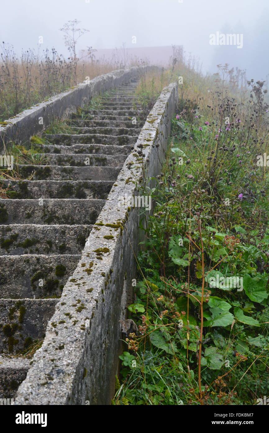 Beschädigte und abgebrochenen Treppen am Ski Jump vom Olympiagelände 1984 außerhalb von Sarajevo. Stockbild