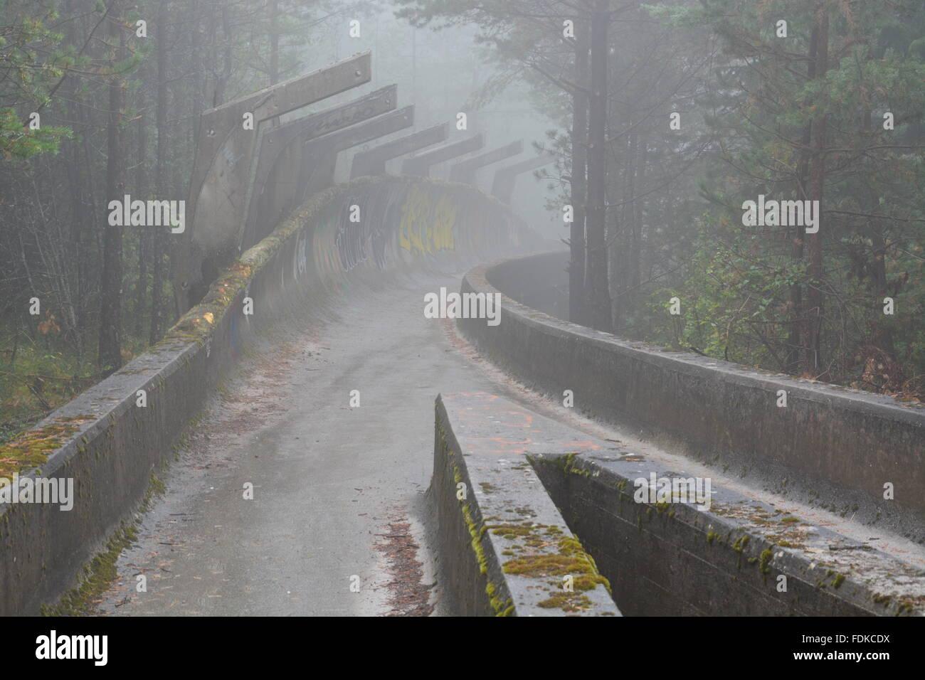 Den Krieg beschädigt Bobbahn der olympischen Winterspiele von 1984 befindet sich in den Bergen oberhalb von Stockbild