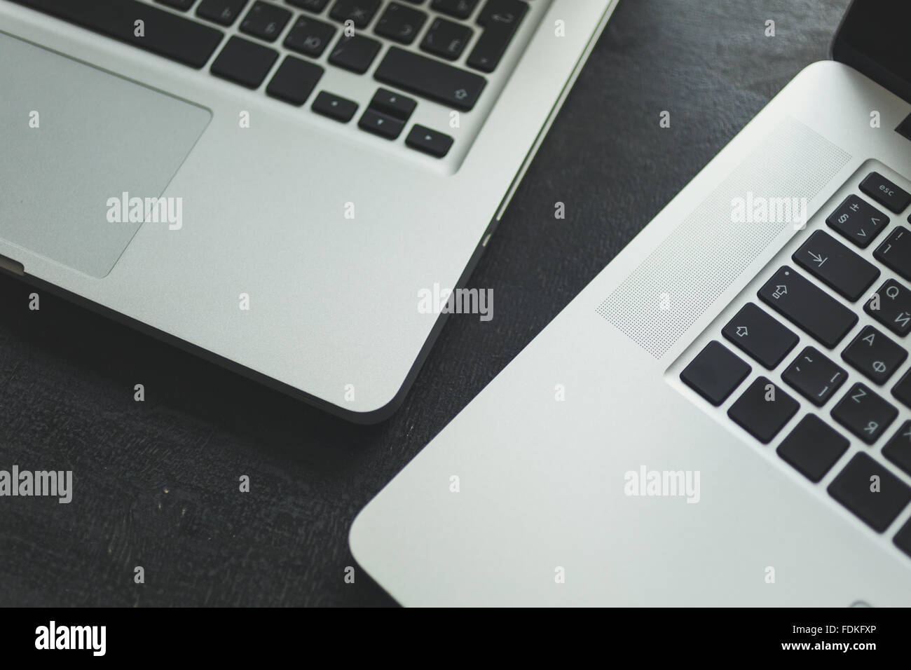 Zwei Laptops auf modernen Schreibtisch aus Holz Stockfoto