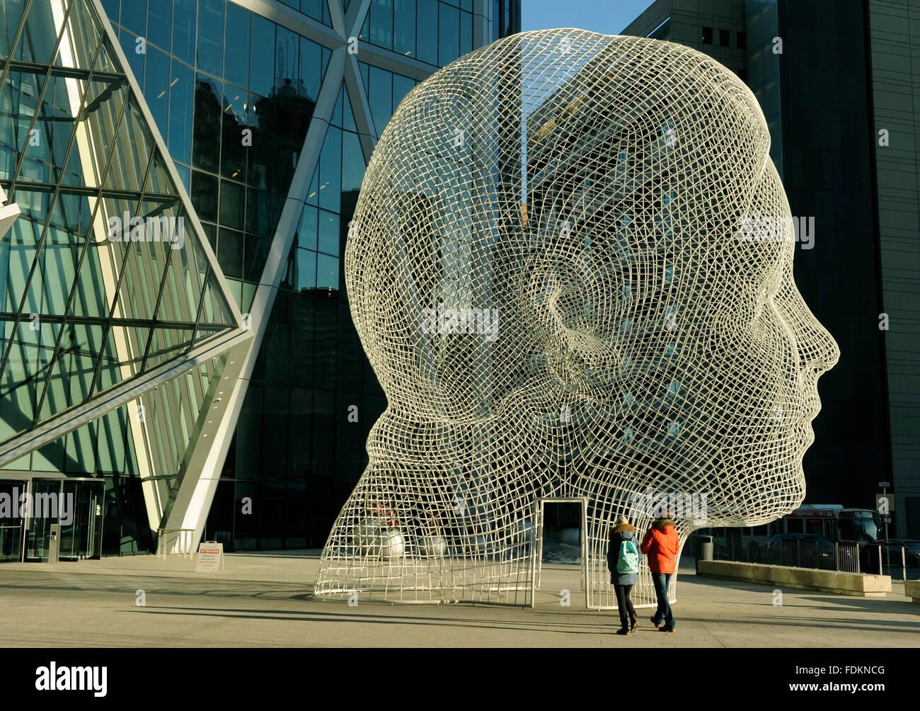 Outdoor-Skulptur des Kopfes des spanischen Künstlers Jaume Plensa, unter Bogen Gebäude, Calgary, Alberta Stockbild