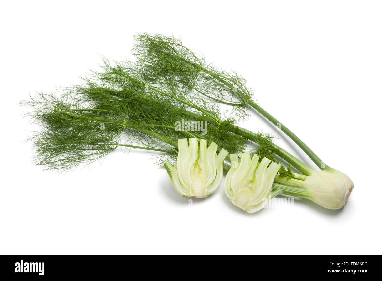Ganze und halbe frischer Fenchel Birne auf weißem Hintergrund Stockbild