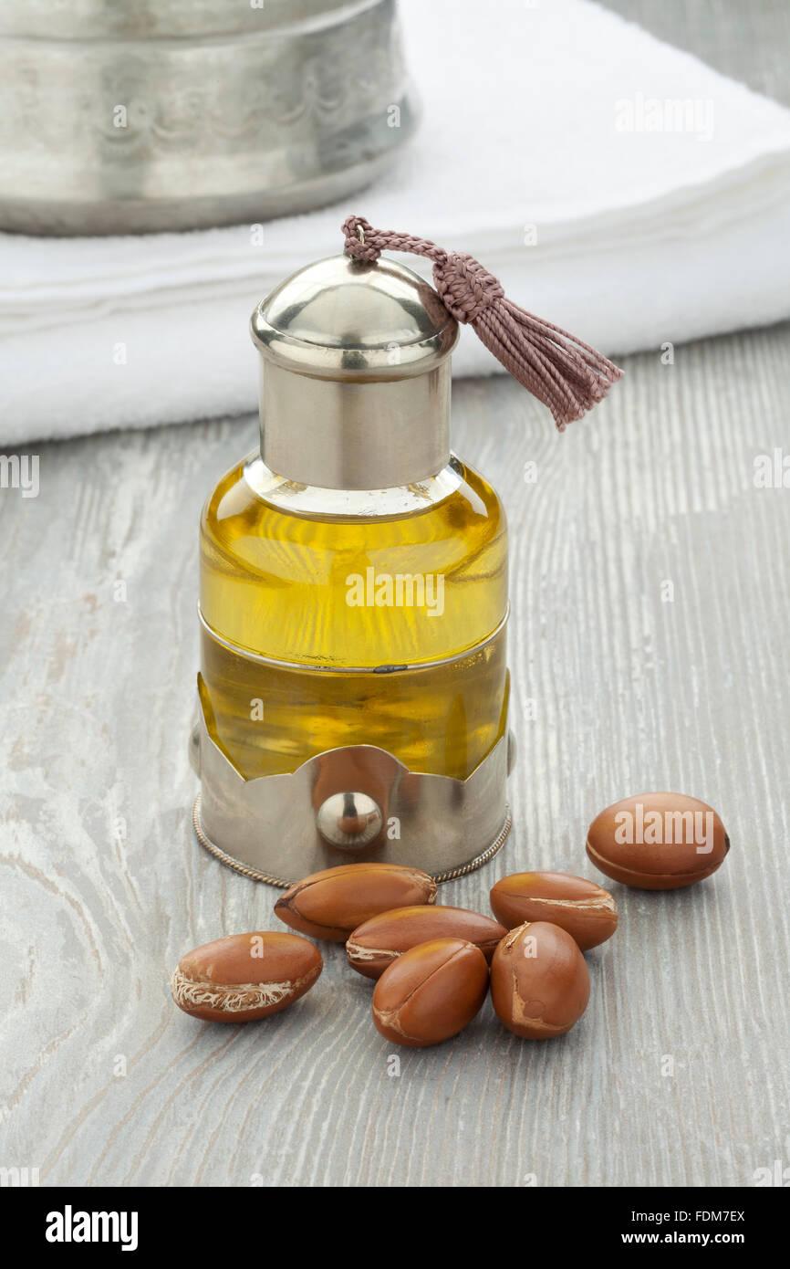 Marokkanische kosmetisches Argan-Öl und Nüssen Stockbild