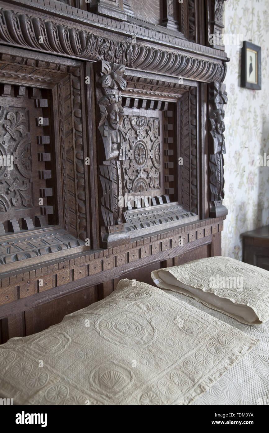 Das Kopfteil Des Bettes Im Cavalier Zimmer Im Chastleton House,  Oxfordshire. Die Geschnitzten Eichenbett