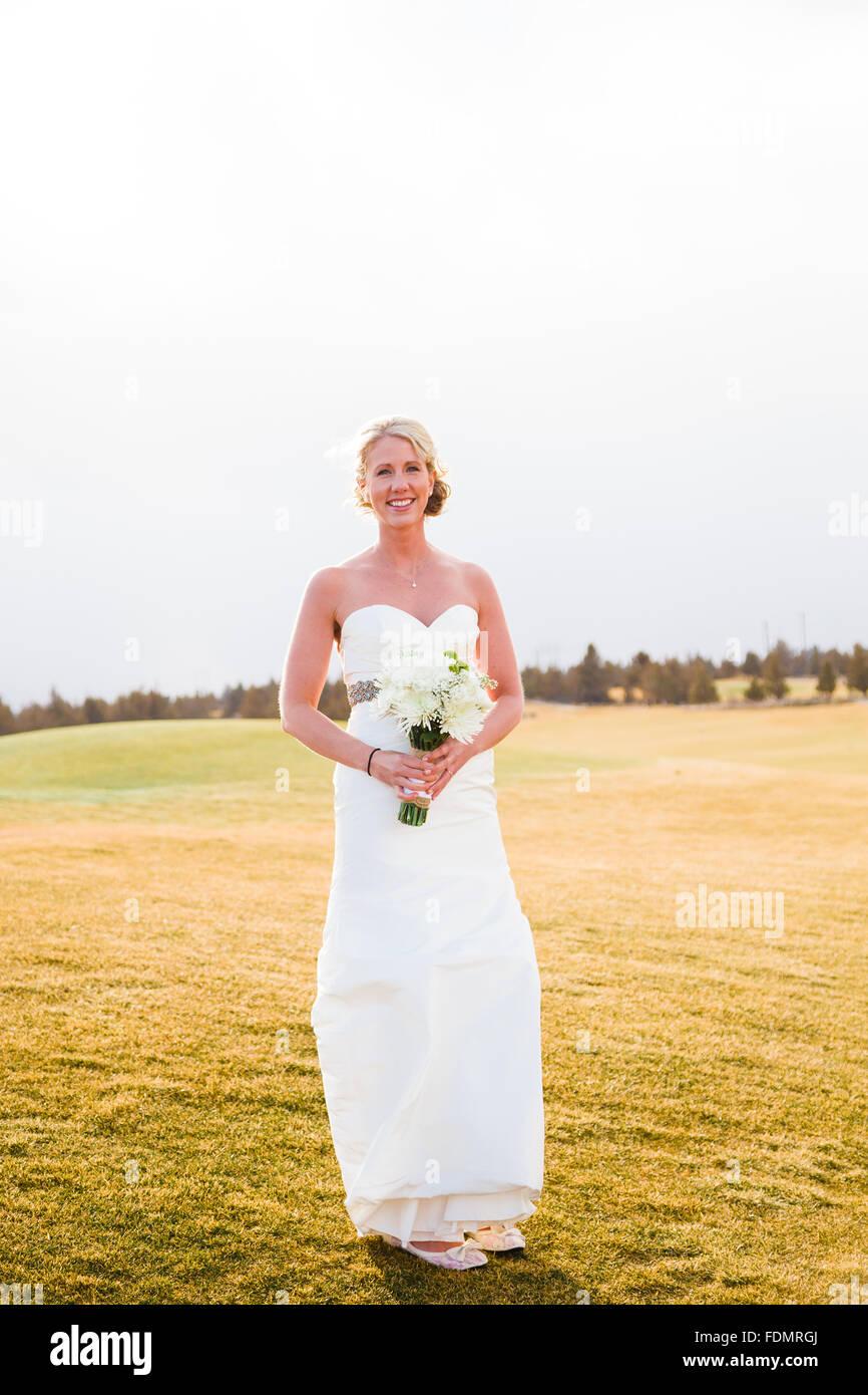 Porträt der Braut während der Braut Sitzung bei einer Hochzeit in Zentral-Oregon. Stockbild