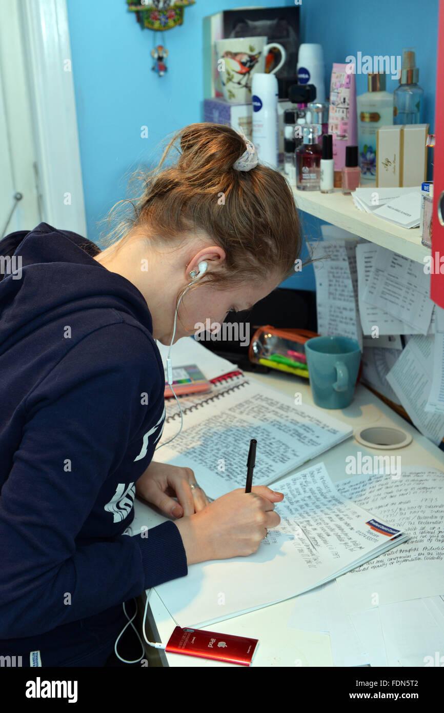 Teenager Mädchen Studien Für Au0027levels In Ihrem Schlafzimmer Modell  Veröffentlicht Stockbild