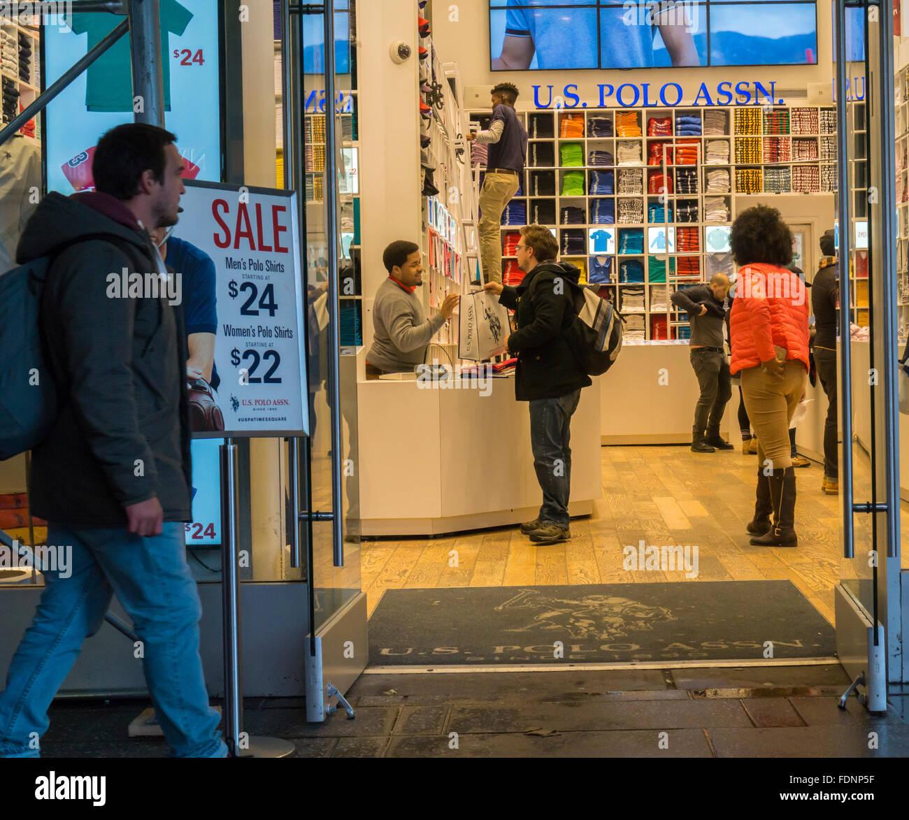 5a337cd43bc1 Shopper in der U.S. Polo Assn schreiben Flaggschiff speichern auf dem Times  Square in New York auf Dienstag