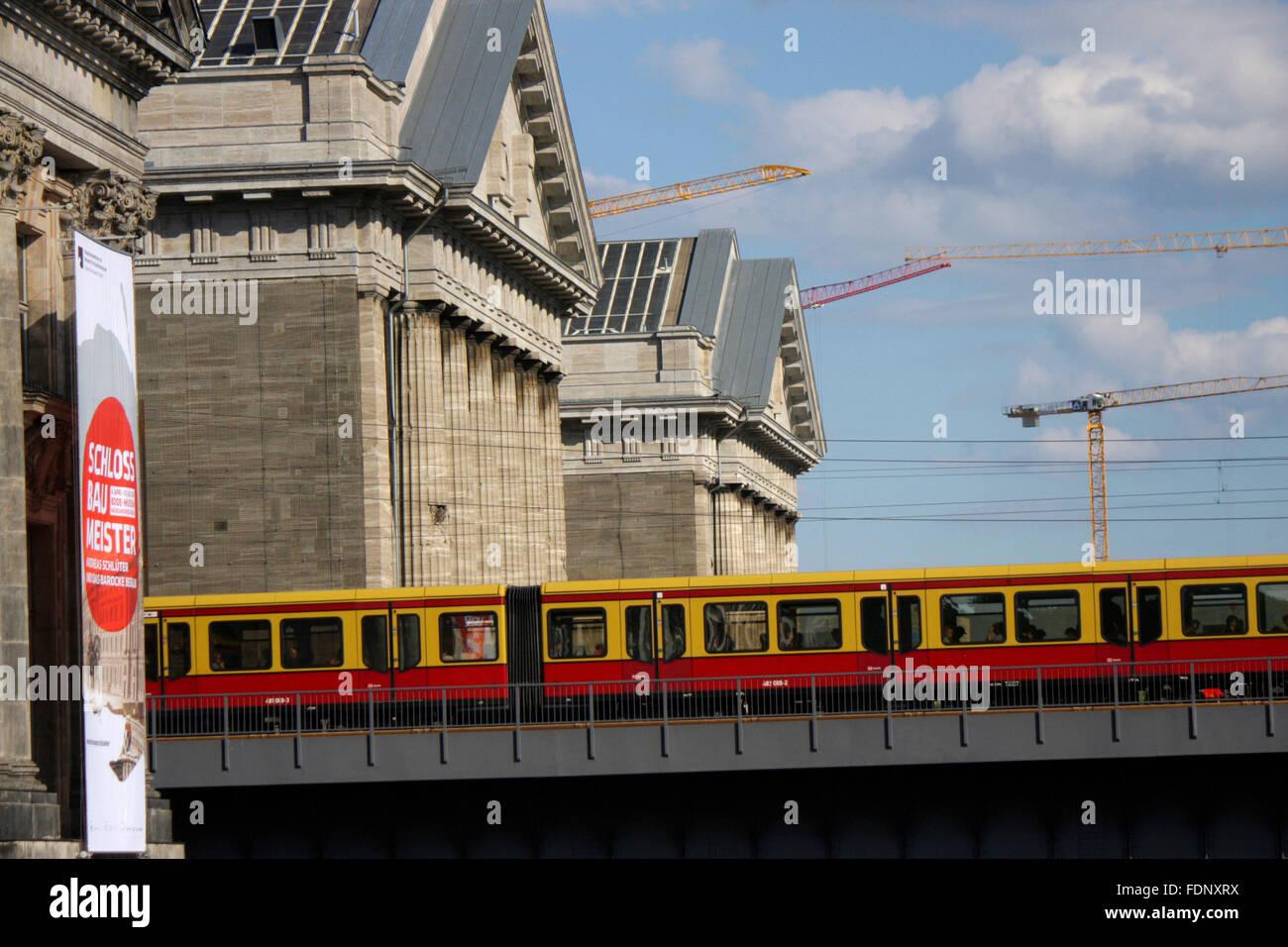S-Bahn-Zug, Pergamonmuseum, Museumsinsel, Berlin-Mitte. Stockfoto