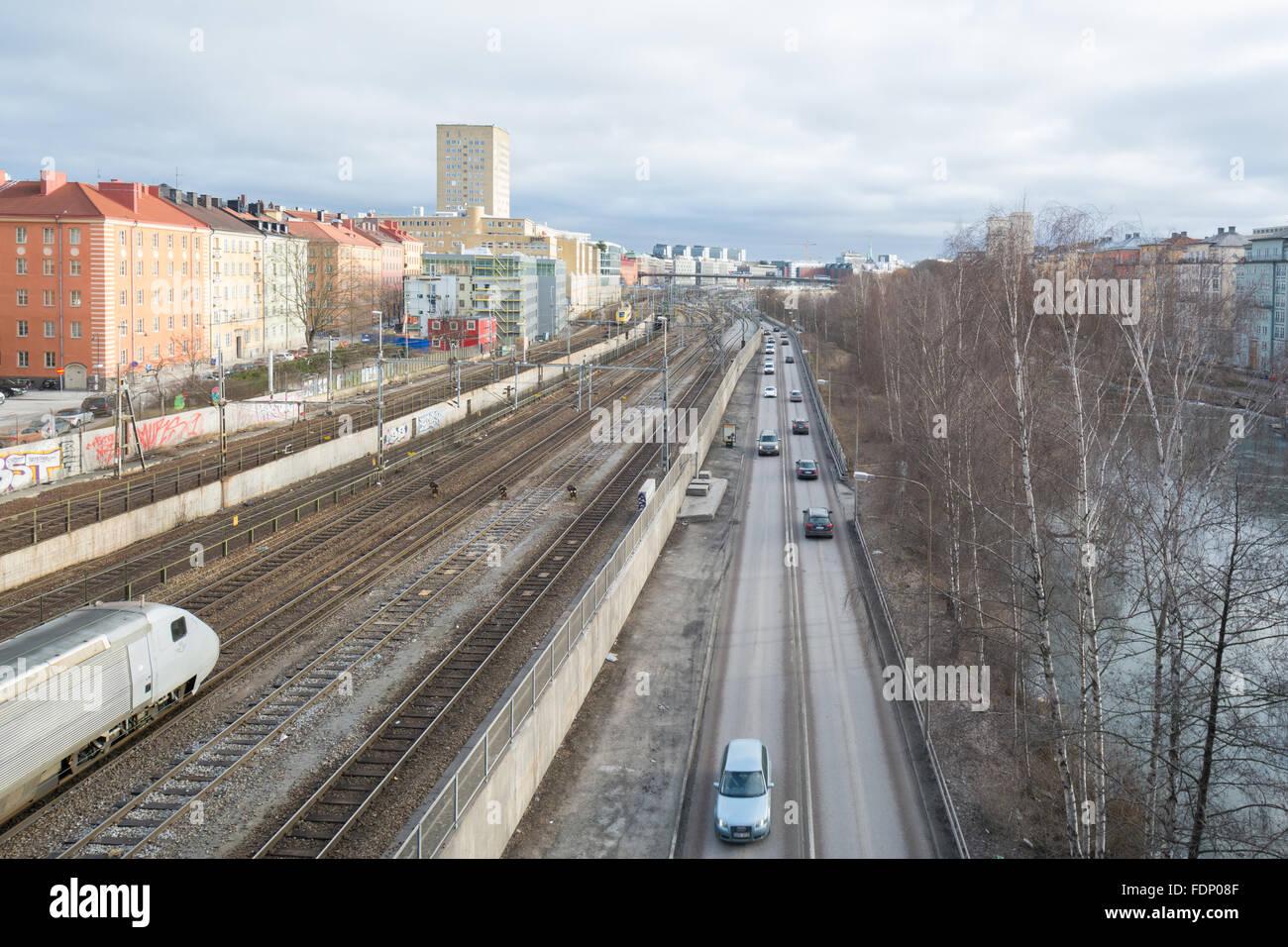 Stockholm-Verkehrsanbindung - Railway Line, Straße und Wasserstraße führt in Stockholm Zentrum, Schweden, Stockbild