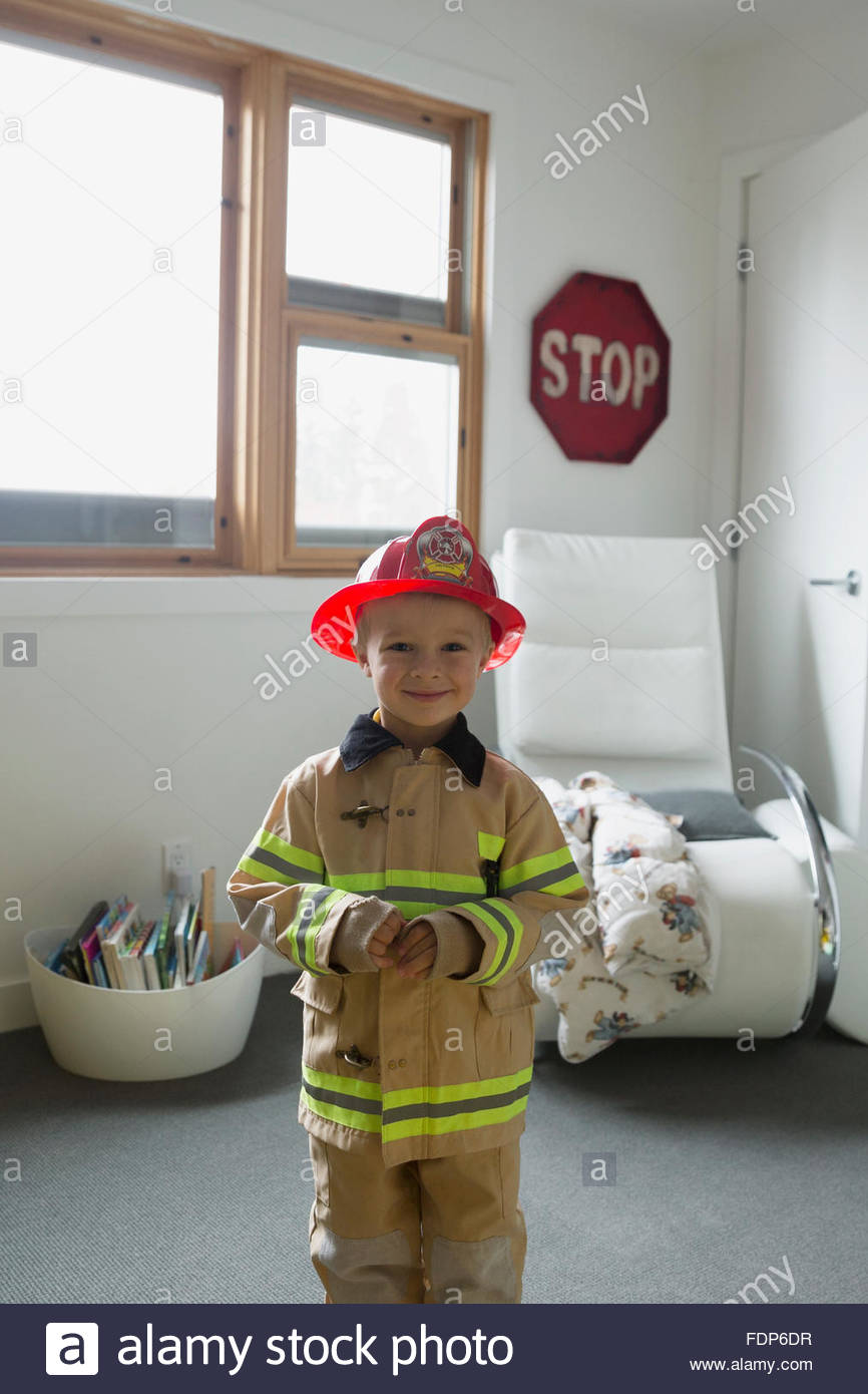 Süsser Boy Porträt in Feuerwehrmann Kostüm Stockbild