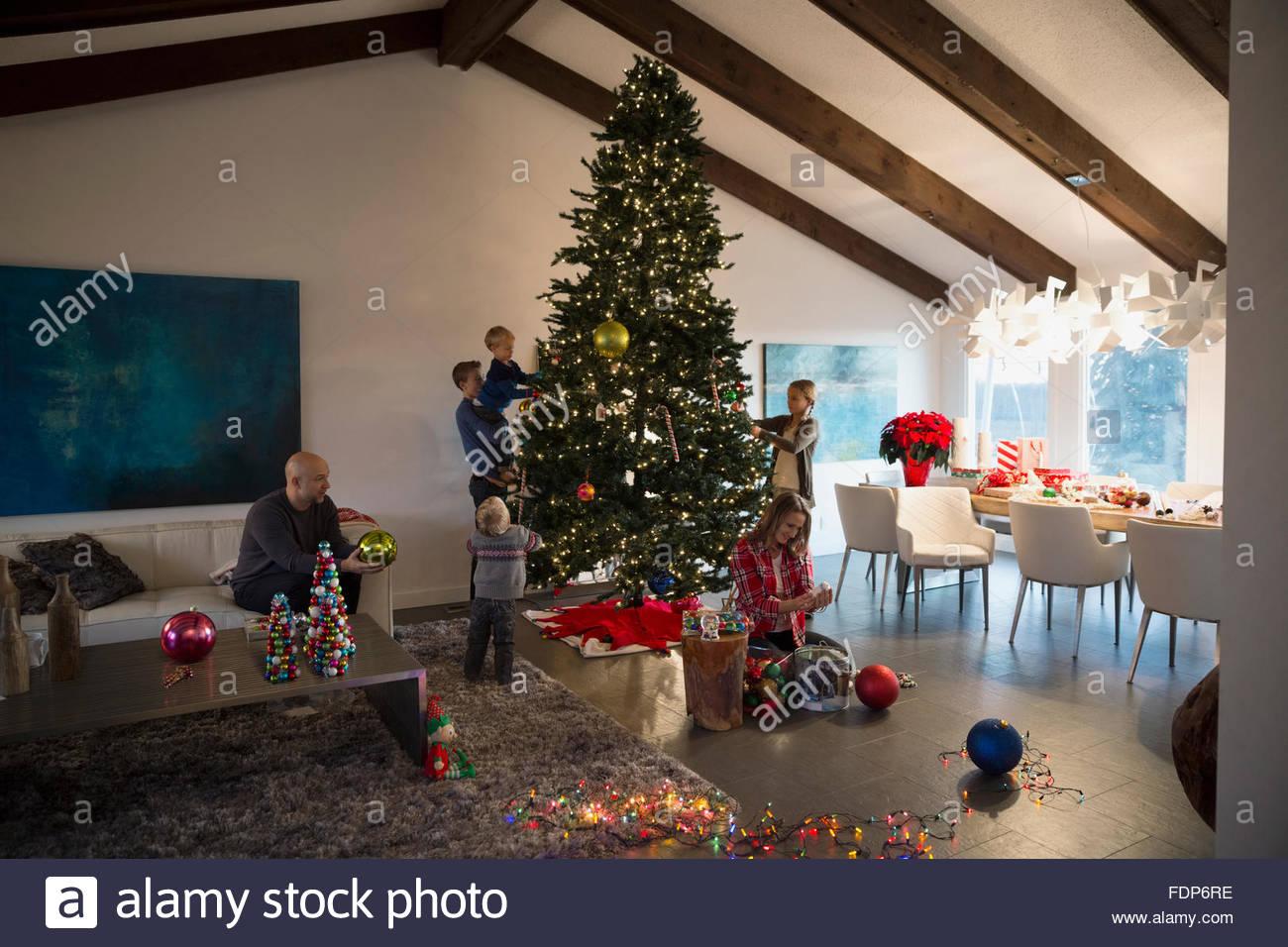 Familie schmücken Weihnachtsbaum im Wohnzimmer Stockfoto, Bild ...