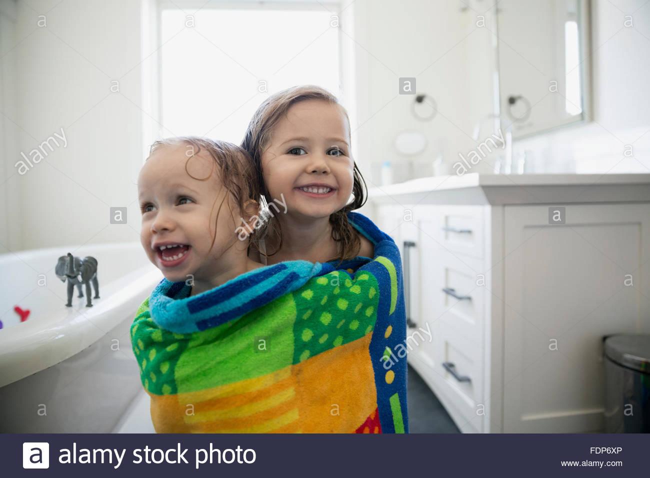 Porträt begeisterte Schwestern wickelte ein Handtuch Bad Stockbild
