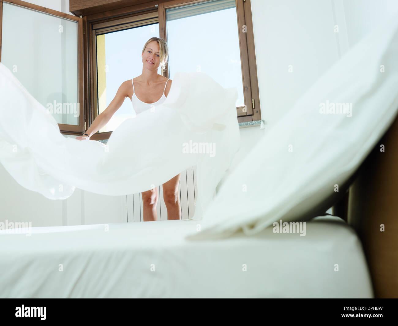 Haushalt, Hausfrau, Bett Stockbild